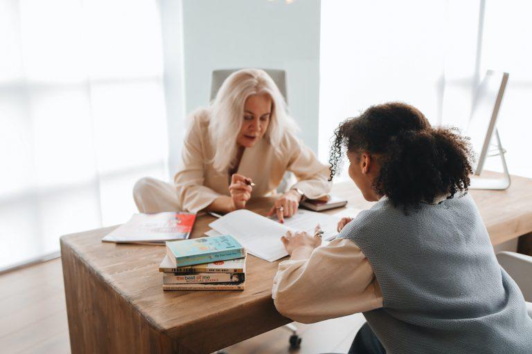 Étudiante préparant un concours avec une formatrice