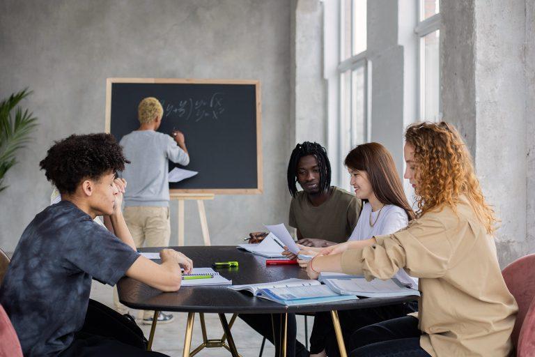 Professeur et étudiants lors d'un cours collectif en centre