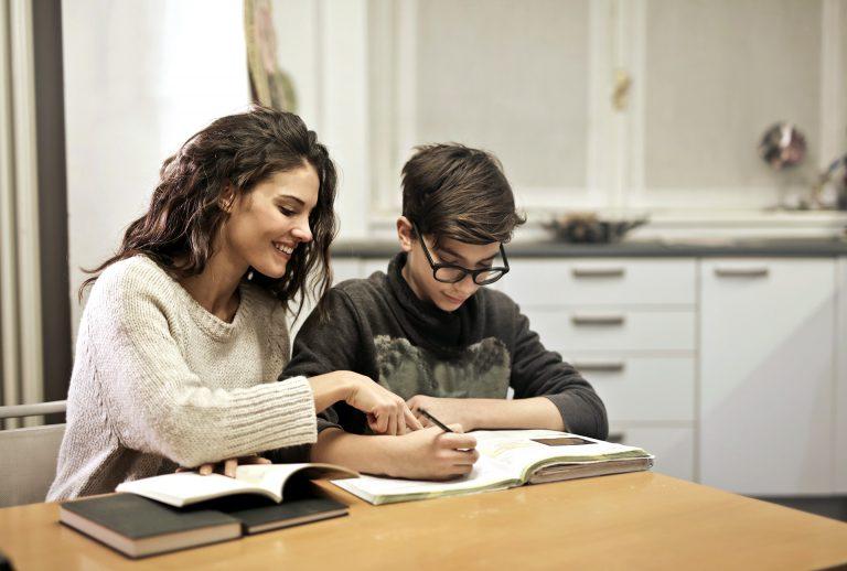 Élève bénéficiant d'un cours particulier à domicile