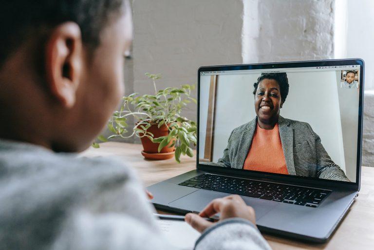 Élève bénéficiant d'un cours particulier en ligne